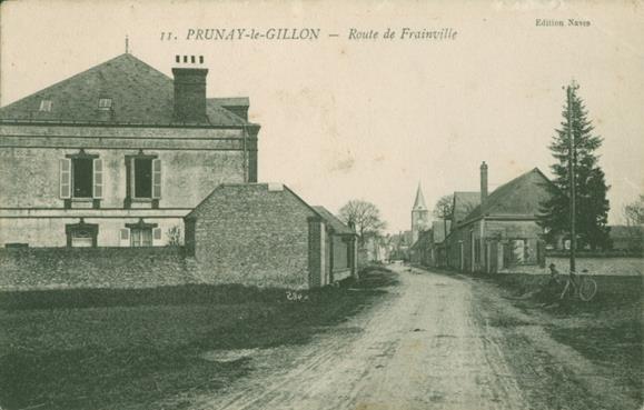 Rue de l'église. vue en arricant de Frainville