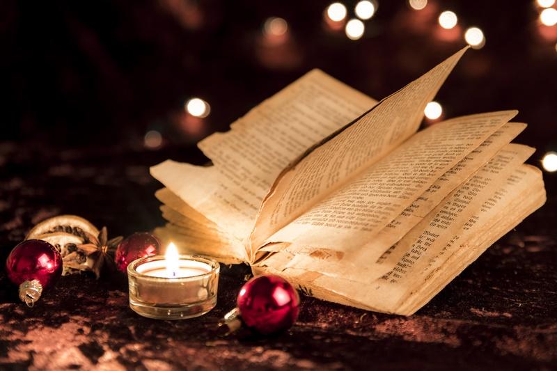 Aufgeschlagenes Buch zu Weihnachten